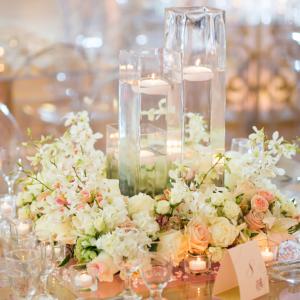 Aranjament floral nunta de masa la nivelul mesei cu cilindri de sticla.